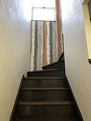 金集様階段上ドアのクロス加工
