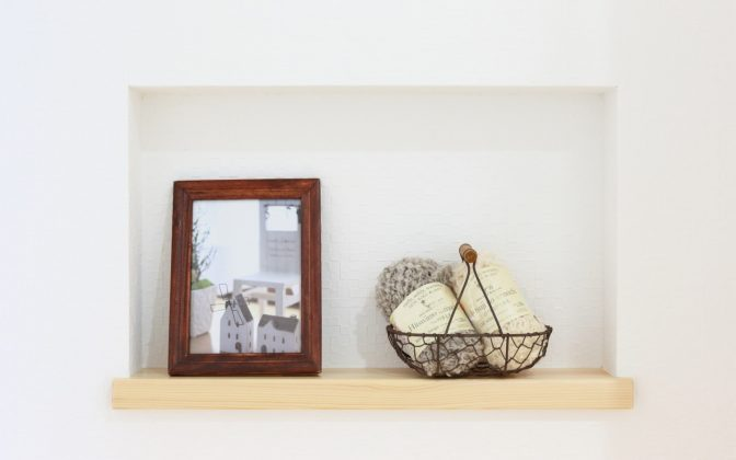 「ニッチ・飾り棚」家族写真を飾ったり小物を置いたり・ お洒落で簡単なリフォーム内装棚をリビングへ設置 出っぱってないので導線の邪魔にならない♪